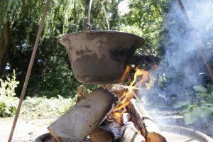 Suppentopf auf offenem Feuer
